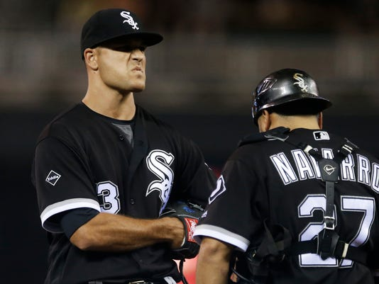Chicago White Sox pitcher Dan Jennings, left, and catcher Dioner Navarro wait for manager Robin Ventura to pull Jennings from the baseball game against the Minnesota Twins during the 12th inning Friday, July 29, 2016, in Minneapolis.The Twins won 2-1 in the 12th. Jennings took the loss. (AP Photo/Jim Mone)