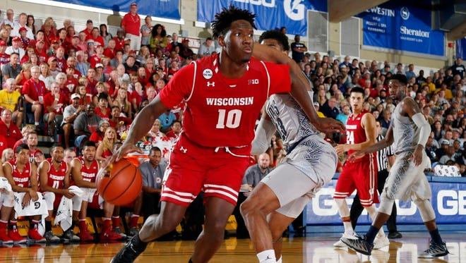 Wisconsin forward Nigel Hayes (10) drives to the basket against Georgetown.