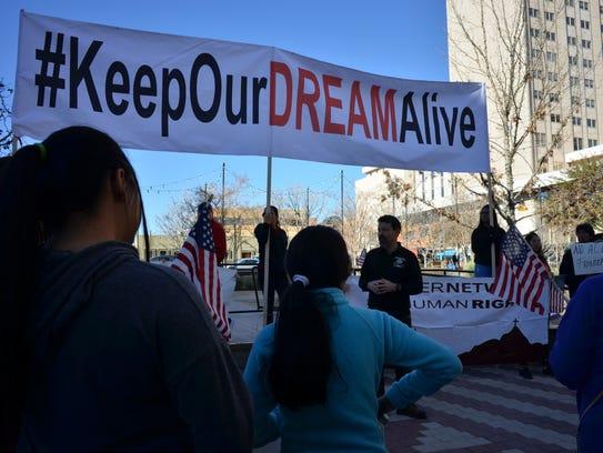 Manifestantes se reúnen en El Paso, Texas, para protestar