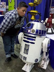 Gettin' fresh with R2D2 at Pensacon on the first day.