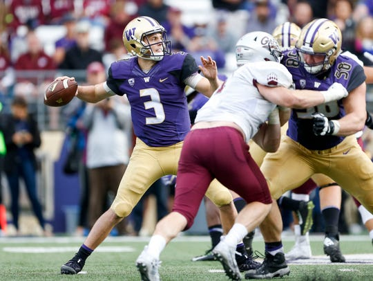 Washington Huskies quarterback Jake Browning (3) passes
