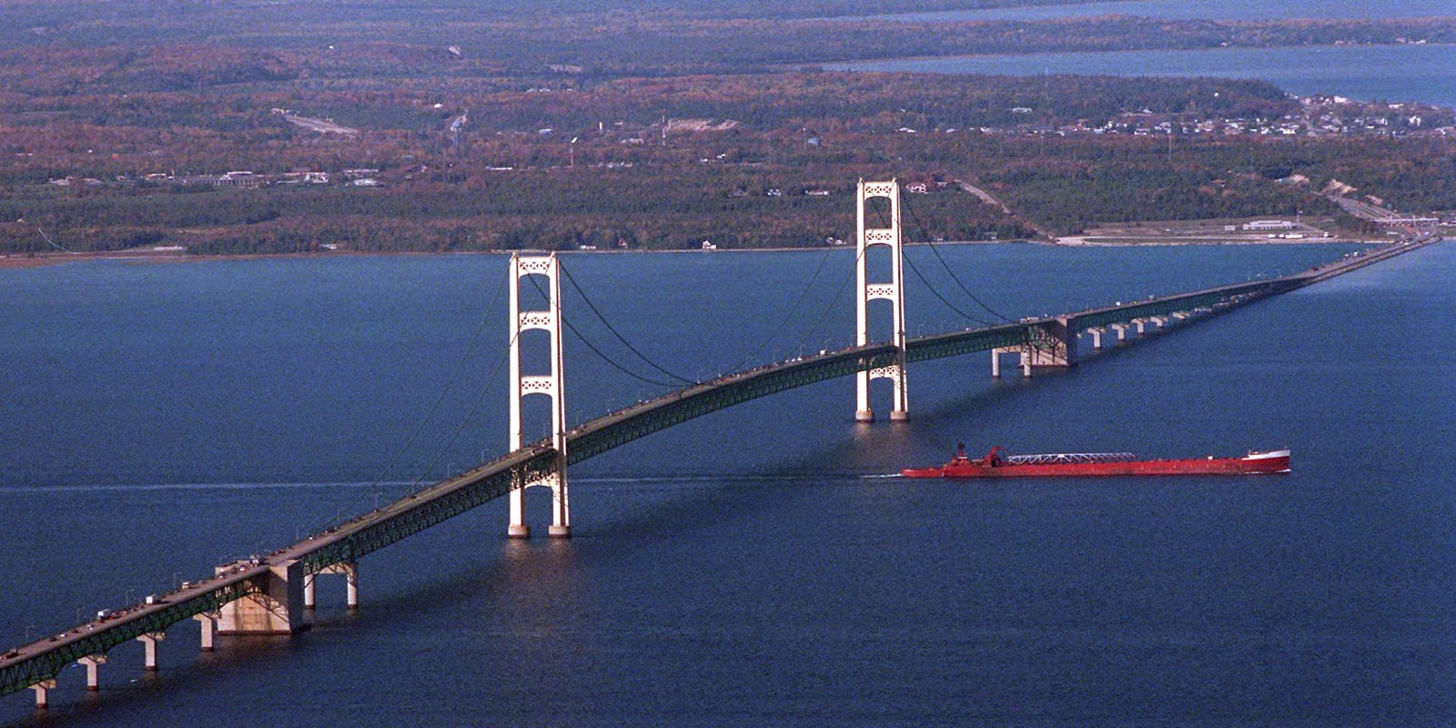 how many people died building the mackinac bridge