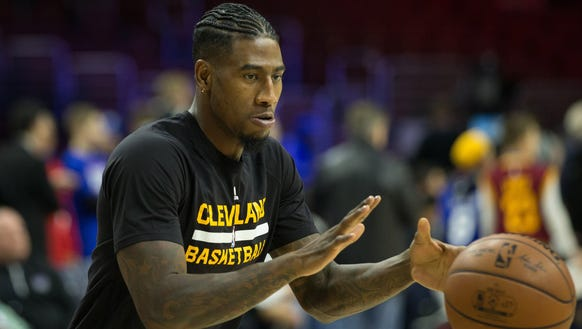 Cleveland Cavaliers guard Iman Shumpert warms up before