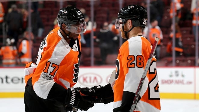 Wayne Simmonds, left, and Claude Giroux haven't scored in their last 10 playoff games.