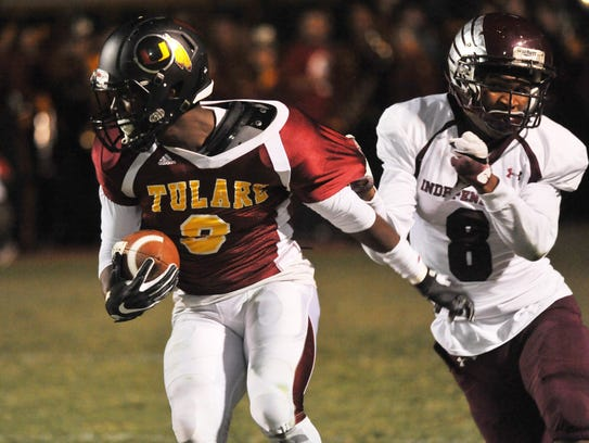 Tulare Union wide receiver Emoryie Edwards atempts