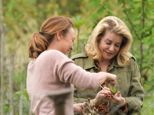 A friendship develops between Claire (Catherine Frot,