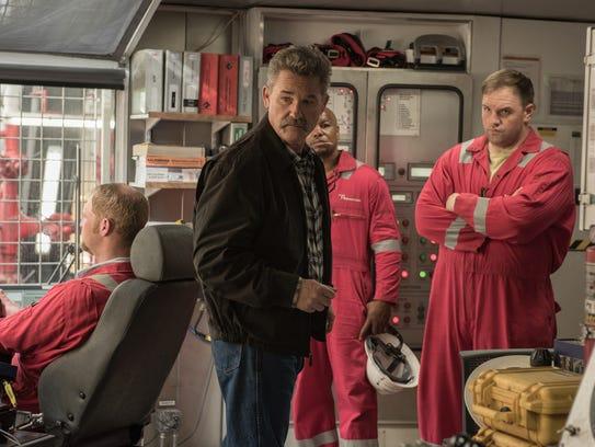 Jimmy Harrell (Kurt Russell, center) looks out for