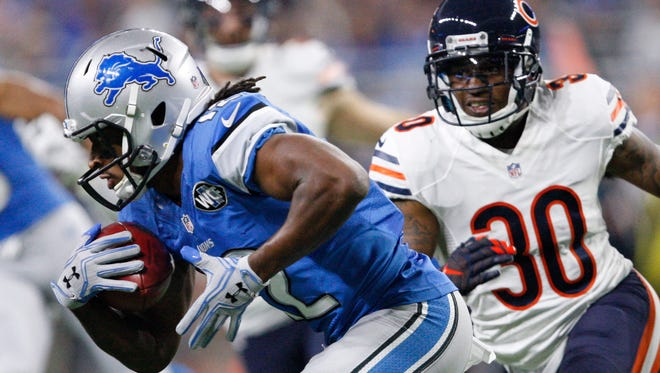 Lions receiver Andre Roberts carries the ball past Chicago Bears cornerback Demontre Hurst during the second quarter at Ford Field on Dec. 11, 2016.