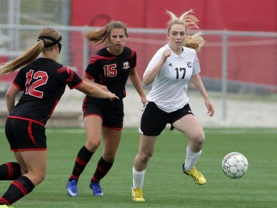 Seymour's Brianna Karweick (12), Elli Ellis (15) chase