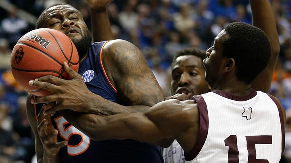 Auburn forward Cinmeon Bowers (5) and Mississippi State