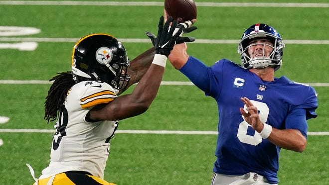 Giants quarterback Daniel Jones throws under pressure from Steelers outside linebacker Bud Dupree during the third quarter Monday.