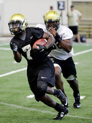 Vanderbilt running back Ralph Webb (7) carries the ball during practice on Aug. 6, 2015.
