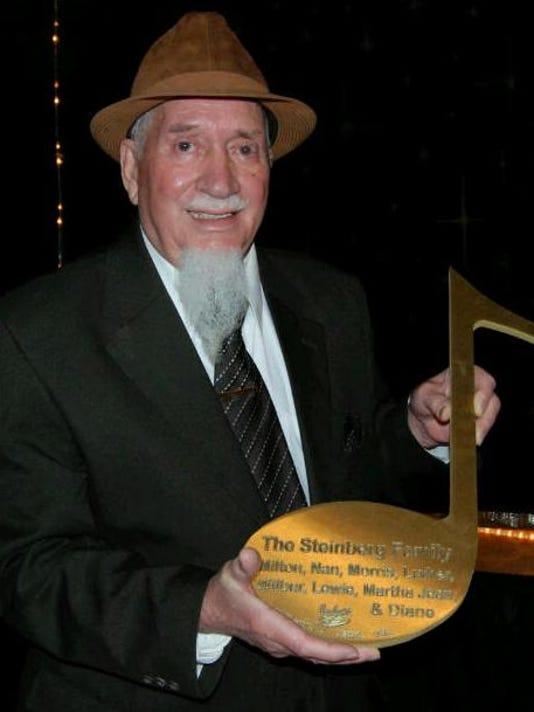 Lewie_Steinberg_accepting_Brass_Note_on_Beale_Street's_Walk_of_Fame.jpg