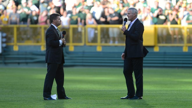 Brett Favre speaks with Lance Allan who emceed the event with Favre in the bowl.