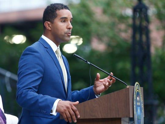 Mount Vernon mayor Richard Thomas talks to attendees