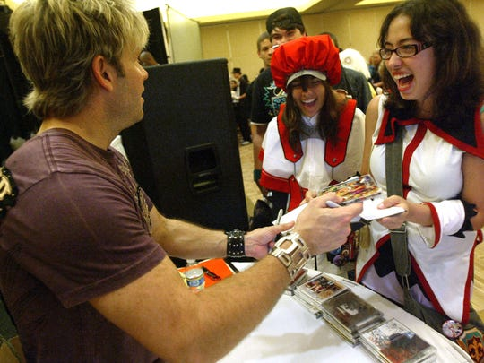 Anime voice actor Vic Mignogna meets fans at a 2009 convention.