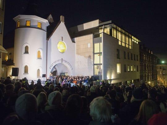 Norwegian Muslims create a human peace ring around