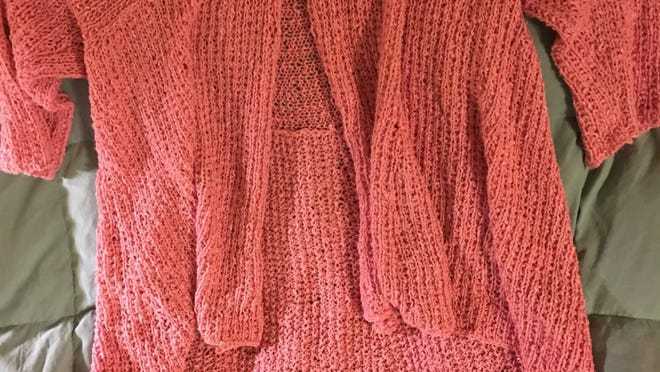 This photo makes the Kiama sweater look almost orange, but it's really a blush pink. I finished it on Friday.
