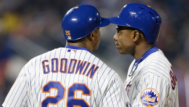 Mets first-base coach Tom Goodwin, left, encourages Curtis Granderson, after Granderson struck out to end the sixth inning against St. Louis on Tuesday.