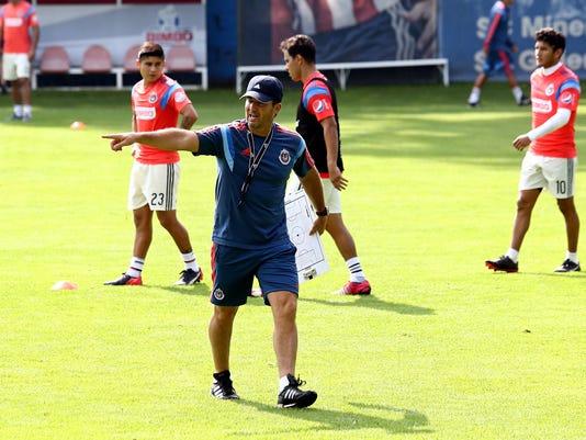 Con el tono serio que lo caracteriza, el técnico de las Chivas, José Manuel de la Torre, defendió la conformación de su plantilla.