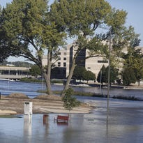 Cedar Rapids waits and hopes as floodwaters rise