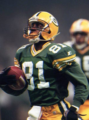 Text: Green Bay Packers Desmond Howard #81 streaks downfield for 99 yards on a kick off return for a touchdown against the New England Patriots for a Superbowl record, the first kickoff return for a TD in Superbowl history. Howard's heroics on this return and his punt return yardage were enough to win hi m the MVP in Super bowl XXXI during the Super Bowl, January 26, 1997 at the Superdome in New Orleans, La.(Milwaukee Journal Sentinel photo by Dale Guldan)