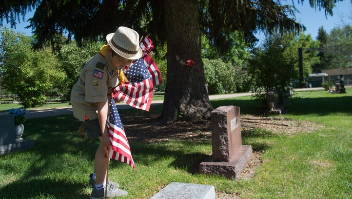 Boy Scouts ready gravesites for Memorial Day