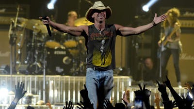 Kenny Chesney will be joined by Miranda Lambert at some of the biggest venues on his 2016 concert tour.
