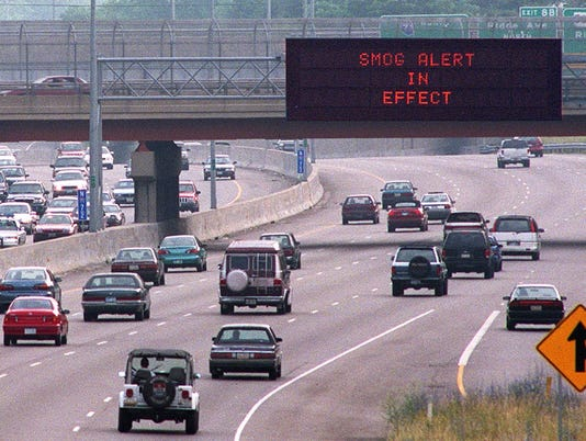 Text: 1999.0607.11.1 SMOG-METRO: An Artimis sign on Northbound I-71 approaching the Norwood Lateral warns motorists of a smog alert Monday morning. Photo by Glenn Hartong/The Cincinnati Enquirer. gh.