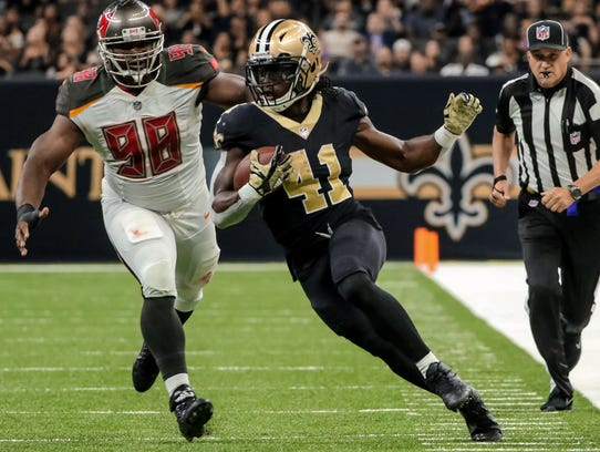 Alvin Kamara runs away from the Bucs for a 33-yard touchdown in the second quarter Sunday.