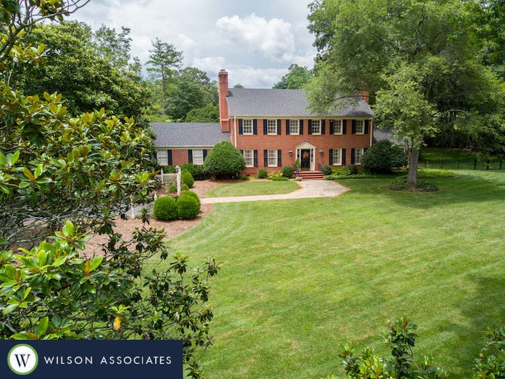 250 Foot Hills Road. Luxury Living photo provided by