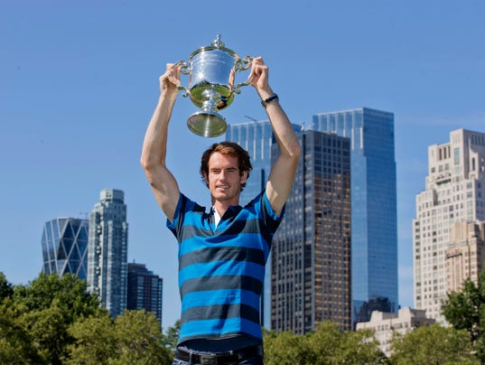2013-8-26 andy murray with trophy in central park