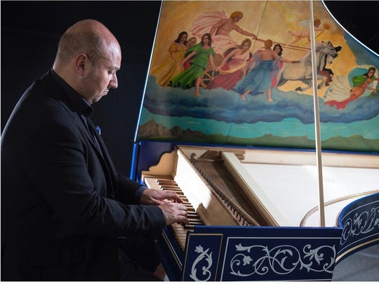 Alberto Busettini performing on a harpsichord.