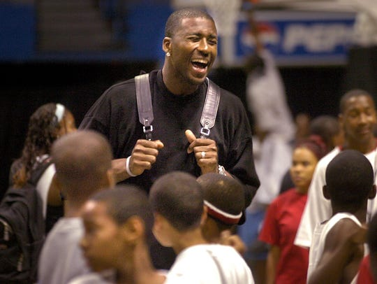 The Grizzlies' Lorenzen Wright tries to get his team