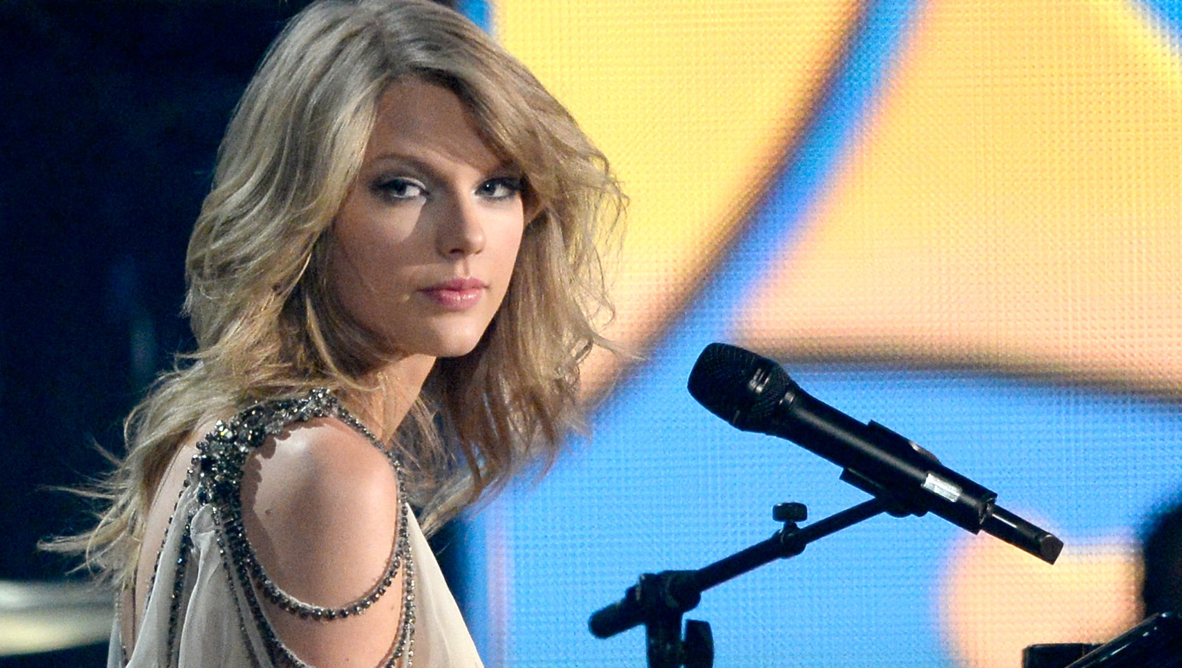 Taylor Swift Shakes Off Country With First Pop Album