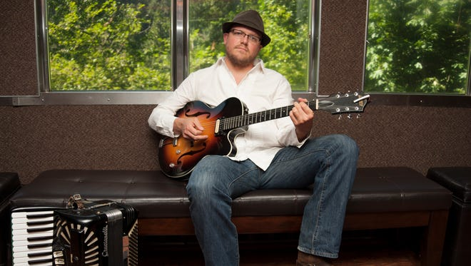 Eric John Kaiser is a French troubadour that lives in Portland, Ore.