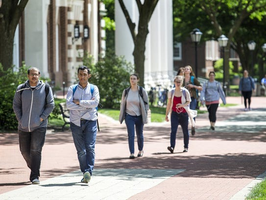 Students walk through the University of Delaware?s