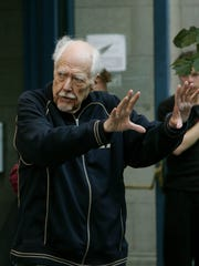Director Robert Altman on the set of the movie version