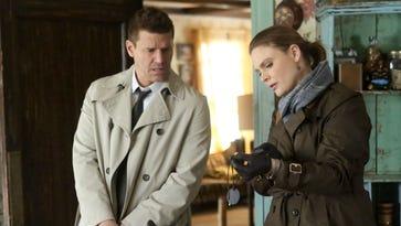 David Boreanaz and Emily Deschanel search for a potential serial killer on 'Bones.'
