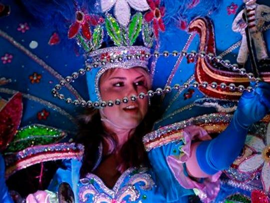 Miles de personas han llegado en semanas recientes para ver los elaborados desfiles, carros alegóricos, bandas musicales y grupos de bailes que atraviesan las calles de la ciudad.