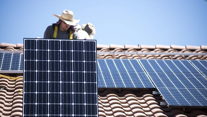 A contractor working with Arizona Public Service Co. on technology to better align rooftop-solar power with demand on the grid claims in a lawsuit that the research project is troubled.