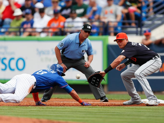 New York Mets' Asdrubal Cabrera (13) dives back to