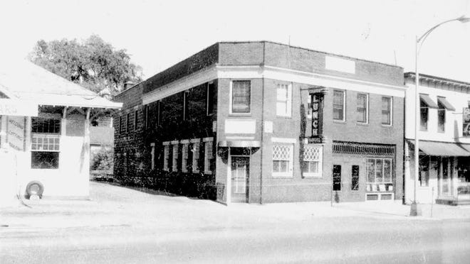 A 1960 photograph of the Fairport Lunch and Hotel at 25 N. Main St.