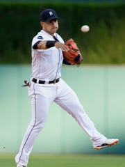 Tigers shortstop Jose Iglesias throws out Royals shortstop