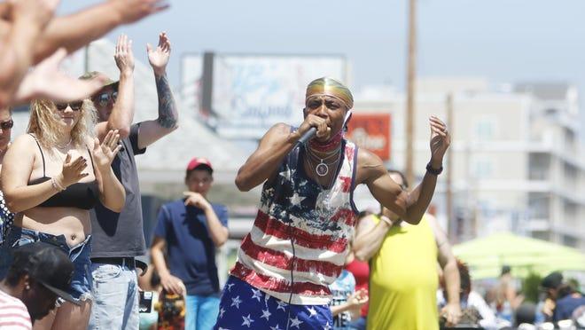 Hampton selectmen are looking at ways to regulate street performers at Hampton Beach.