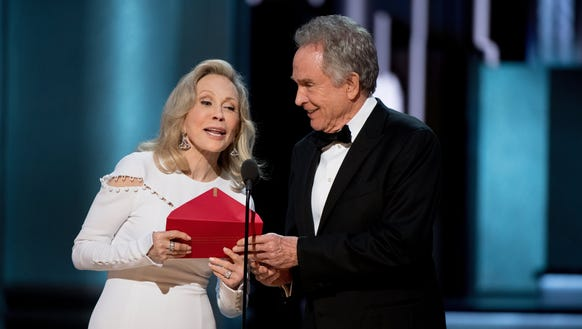 Faye Dunaway and Warren Beatty presenting on stage