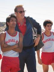 Kevin Costner protagonizando a un entrenador de cross-country, con un grupo de latinos.