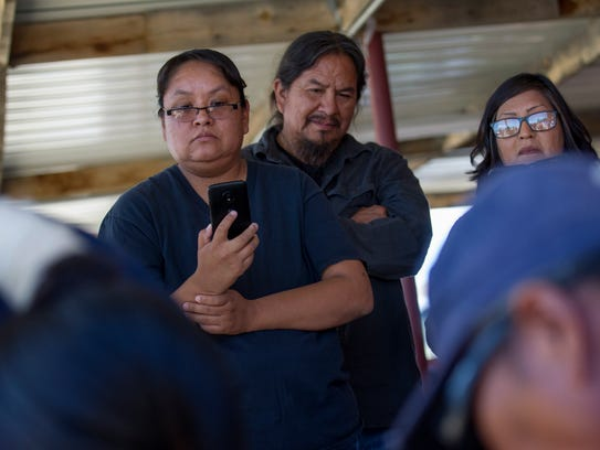 Sheep to Table workshop attendees watch Diné be' iiná