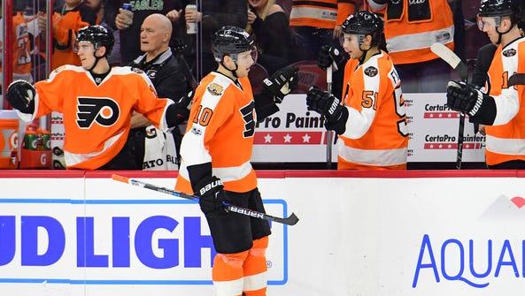 Brayden Schenn's power-play goal kept the Flyers in