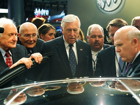 GM head Dan Ackerson, right, talks with U.S. representatives,